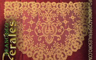 Toca de sobre manto de tul ingles bordada en hilo de oro